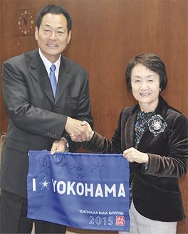 林文子市長と笑顔で握手する中畑監督