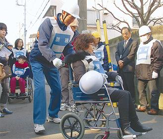 車いすを使った要援護者の避難訓練も