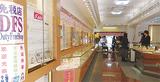 中国語のポスターで免税店をPRする宝飾店(伊勢佐木町2)