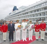 伊東港湾局長(左から2人目)や中村船長(同3人目)らが出席=4日 大さん橋