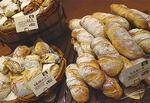 毎日通いたくなる種類豊富なパンがズラリ。リピート必至の「トスカーナ」(写真左)は季節商品も