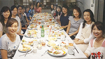レンタルキッチンを使ったママ友ランチ会の様子=6月5日(写真手前左が松本さん)