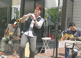関内ホール前のストリートライブ