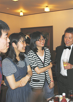 学生らと談笑する太田社長(右)