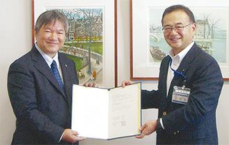 協定書を交わす岩倉会長(左)と坂和局長