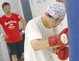 父に見守られ練習する圭佑さん(右)