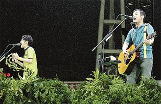 横浜スタジアムのステージで歌う「ゆず」の北川さん(左)と岩沢さん