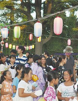 のべ1千人が参加(主催者発表)した祭りの様子