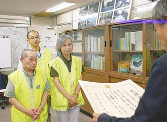 表彰式に出席した佐藤さん(右)と柴田さん