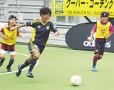 子どもたちとサッカーを楽しむ有吉選手
