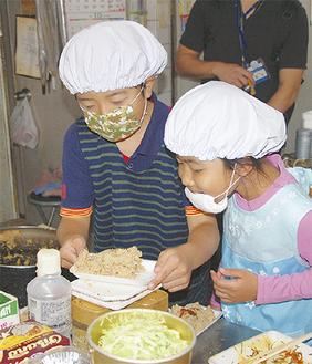 卯の花をはかりにかける児童たち