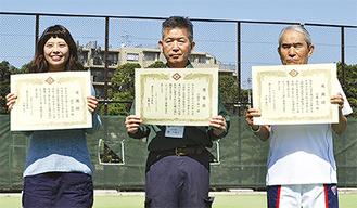 感謝状を受け取った3人(右から近藤高志さん、小保方豊一さん、前川佳澄さん)