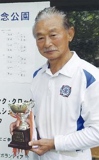 優勝トロフィーを手に喜ぶ依田さん