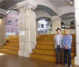 高架下にひろがる「かいだん広場」。整備に尽力した小串さん(右)と上野さん