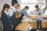 パンをPRする県商工の生徒たち