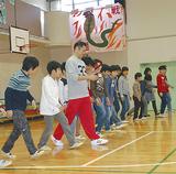 秒速1mに挑戦する児童ら。中央は講師の高田さん