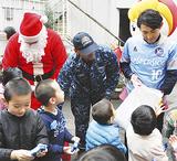 サンタや吉田選手からプレゼントを受け取る子どもたち