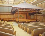 横浜能楽堂の本舞台。全国的に見ても8番目に古い貴重な文化財