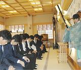 祈祷を受ける選手たち