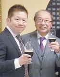 チョコレートビールを片手に鈴木社長(右)と太田社長