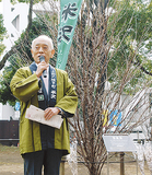 啓翁桜の前であいさつする中川米沢市長