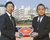 ボールを寄贈する菅沼さん(左)と小野校長