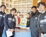 店舗にポスター掲示をお願いする松田選手(右から2番目)ら