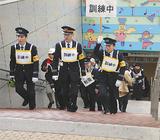 訓練参加者を誘導する鉄道の職員ら