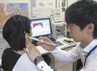 耳型を採る小澤店長