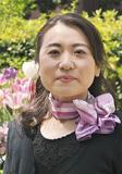スカーフにお手製のガラス細工を添える久保田さん