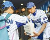 募金を呼びかける三浦選手(右)と募金するファン