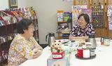 お茶やおしゃべりを楽しむ佐藤さん(写真右)