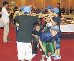 懇親会で入場する宜野湾市の子どもたち