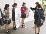 募金活動を行うみなと総合高校の生徒たち