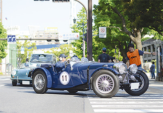 横浜の街並みを疾走する往年の名車