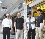 商店街を歩く檜垣氏(右から2番目)と米山理事長(左)ら