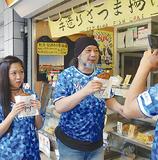 西区の店舗を「行脚」する小野瀬さん(中央)。ジェイコムの番組でも紹介される