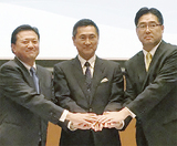3者が参加した協定式(8日)。中央はIDECの牧野孝一理事長