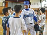 子どもたちと笑顔でふれあう山崎選手