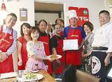 田中会長(右から3人目)から認定証を受け取る早坂さん(同2人目)