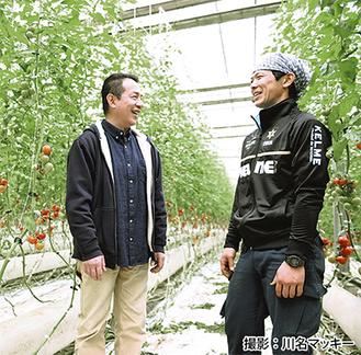 生産者と笑顔で語る椿さん(左)
