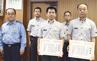 感謝状を手にする高橋さん(中央)と田畑駅長(右)