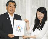 ロゴをデザインした川上さん(右)と佐藤会長