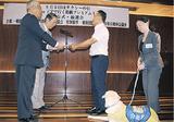 寄付を手渡す伊藤会長(左から2番目)