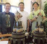 左から横浜ビールの太田社長、生産者の岩崎さん、醸造長の五條さん(8月9日、新麦ビールお披露目会にて)
