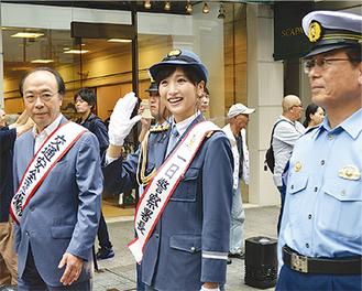 元町SS会の永井淳二理事長(左)、吉田忠之署長(右)と共に行進する横山さん