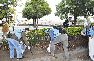 道端のゴミを拾う参加者ら