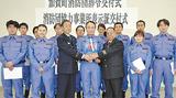 交付式にのぞんだ保科局長(中央)と団員となった横浜港郵便局員ら