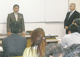 設立総会であいさつする高橋委員長(右)と北村顧問