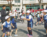 児童らと実技授業を楽しむ廣瀬氏(写真左)